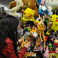 Una clienta observa la parte frontal de la tienda