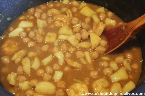 Garbanzos con choco y langostinos www.cocinandoentreolivos (14)