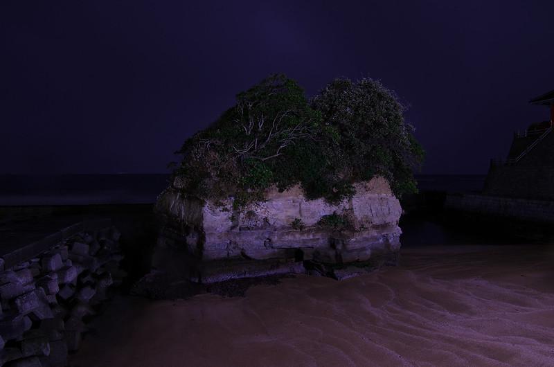 岩船地蔵尊となりの小島