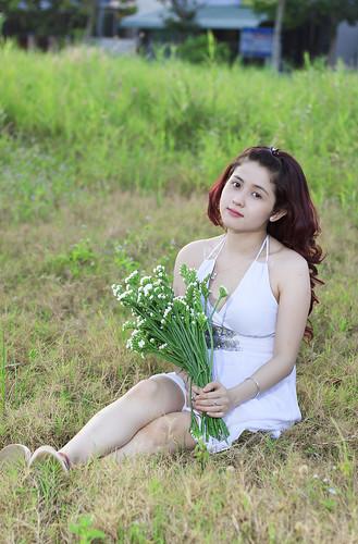 [フリー画像素材] 人物, 女性 - アジア, ワンピース・ドレス, 人物 - 草原 ID:201302220200