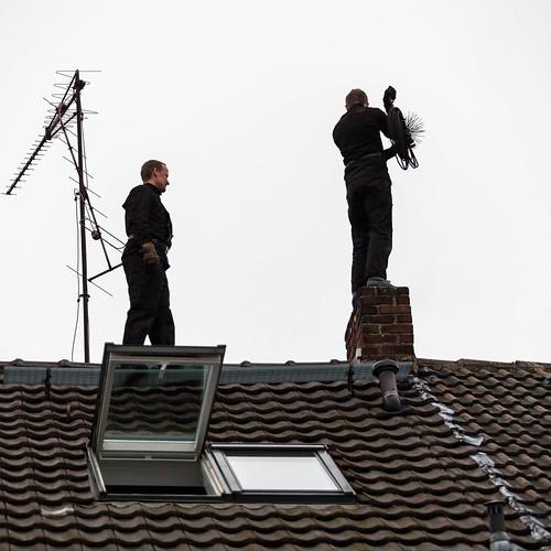 Schornsteinfeger auf dem Dach; copyright 2013: Georg Berg