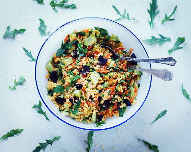 Теплый салат с пшеном и оливками