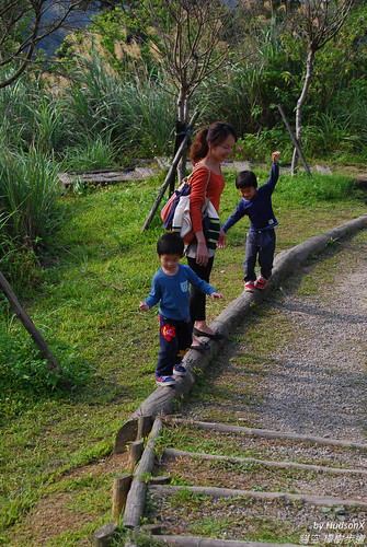 把步道當平衡木