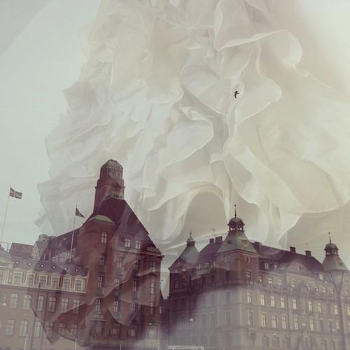 Den första synen som mötte mig när jag kom till Malmö i går (pampiga hotell) blandat med den första synen som mötte mig när jag vaknade nu (@saraberg's klänning).
