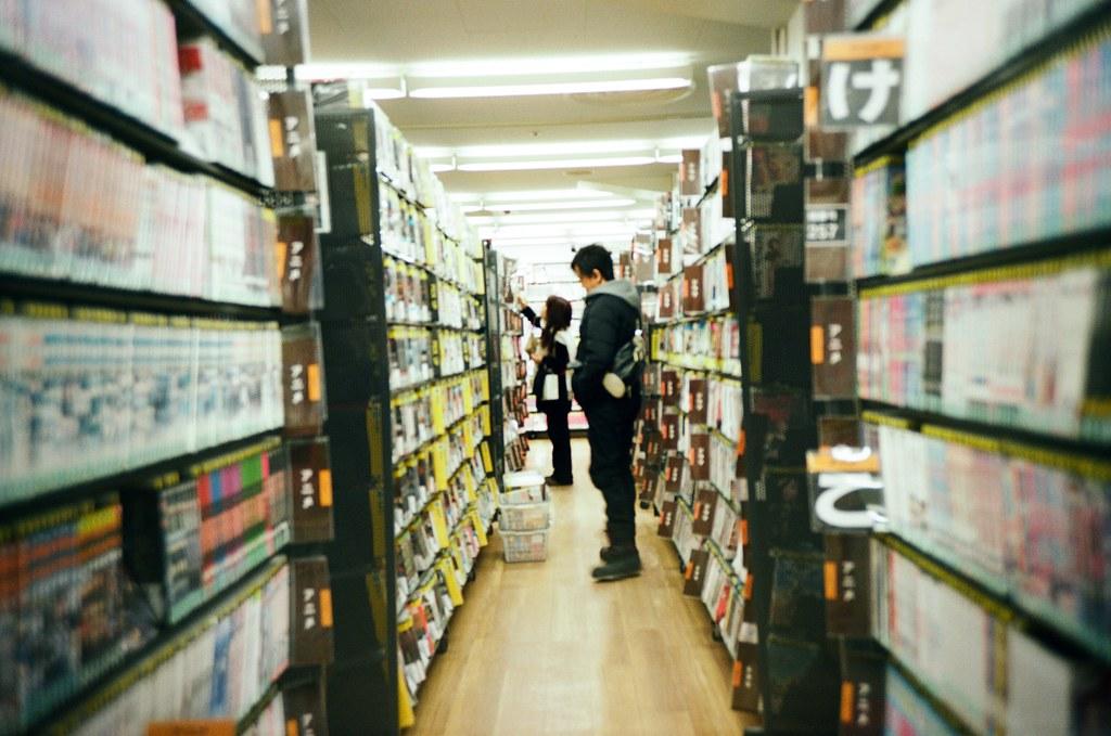 札幌 北海道 Sapporo, Japan / Kodak Pro Ektar / Lomo LC-A+ 書架間拍一張。  每次都要去逛一下的 Book-off,但是等等,那時候有在找什麼書嗎?還是純粹逛二手書店而已?  想不起來了。  Lomo LC-A+ Kodak Pro Ektar 100 8267-0012 2016-01-31 Photo by Toomore