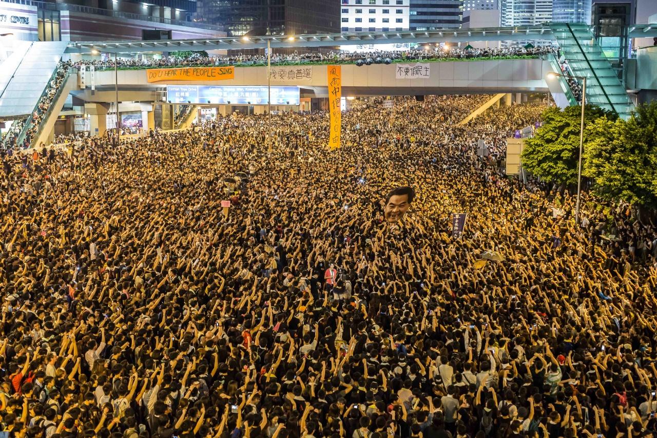 梁振英的頭在幾萬名示威者之中傳來傳去。(相片由作者提供)