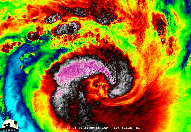 NASA-NOAA's Suomi NPP Satellite Captures Night-time Look at Cyclone Felleng