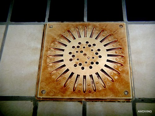 Onderwaterwerk :Duidelijk aanslag op vloer rooster