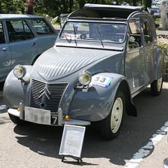 military vehicle(0.0), off-road vehicle(0.0), automobile(1.0), automotive exterior(1.0), citroã«n(1.0), vehicle(1.0), citroã«n acadiane(1.0), mid-size car(1.0), antique car(1.0), vintage car(1.0), land vehicle(1.0), motor vehicle(1.0),