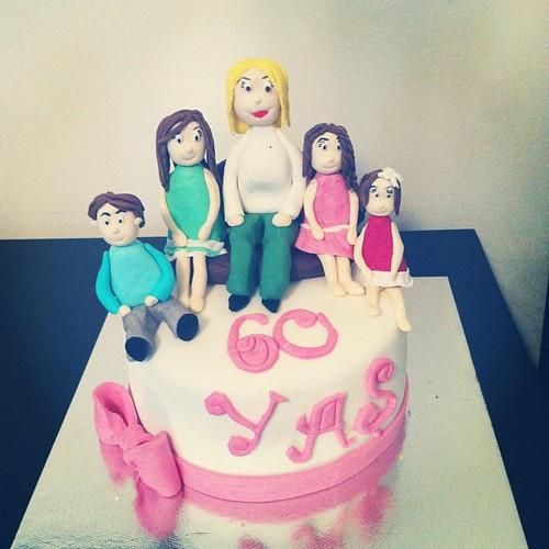 #60thbirthdaycake#grandmaandgrandchildren#birthdaycake #sugarart #sugarpaste by l'atelier de ronitte