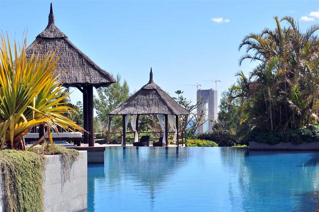 Las piscinas se funden con el infinito, así como con los altos y emblemáticos edificios de Benidorm asia gardens - 8555017155 55a2976e7e z - Asia Gardens Benidorm, #experiencia en el paraiso