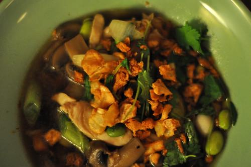 Svampesuppe med kylling, sojabønner og ristede hvidløg