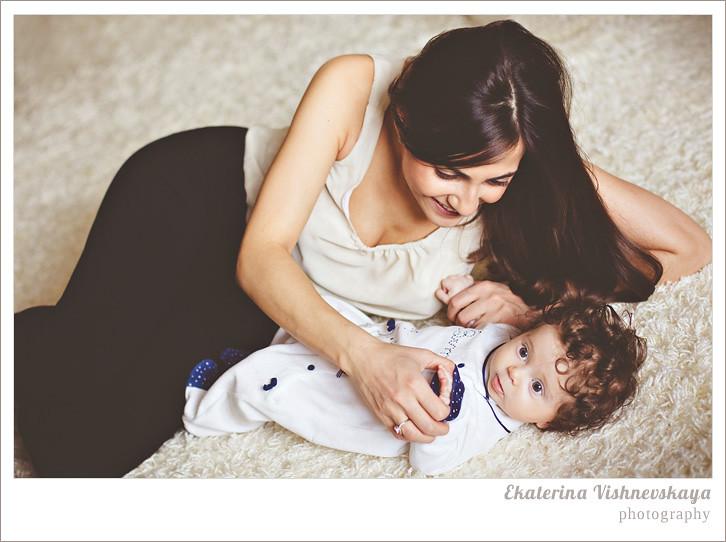 фотограф Екатерина Вишневская, хороший детский фотограф, семейный фотограф, домашняя съемка, студийная фотосессия, детская съемка, малыш, ребенок, съемка детей, кудри, кудряшки, материнство, счастье, мама с ребёнком, счастливая мама, большие глаза, красивый портрет, фотограф москва