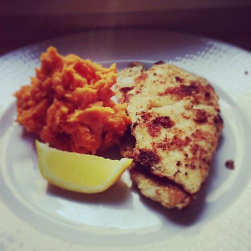 Finare än vilken dagens som helst! Panerad kyckling (kokosmjöl/mandelmjöl) med sötpotatismos och citron. ☺ #paleo #foodie