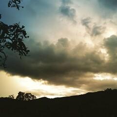 บนความมึดมิด ความคิดยาวไกล  แสงสว่างรำไร บนหัวใจที่รอคอย
