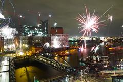Silvester 2012. Feuerwerk am Hamburger Hafen mit Blick auf die Elbphilharmonie