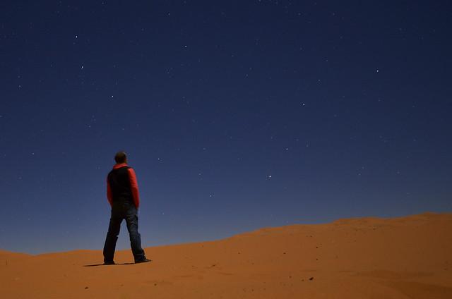 Durmiendo en el desierto bajo las estrellas