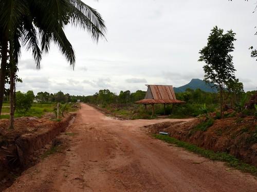 כביש עפר מהחוף אל הכפר. כיום הוא מרוצף בטון