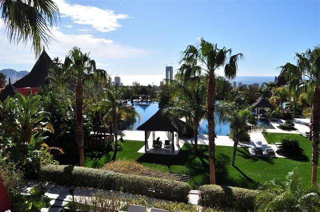 Vistas de las piscinas centrales y el mar mediterráneo al fondo asia gardens benidorm, #experiencia en el paraiso - 8555029951 74902186e6 z - Asia Gardens Benidorm, #experiencia en el paraiso