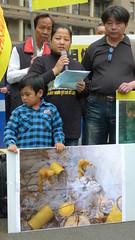 希婻.瑪飛洑與兒子瑪飛洑展示檢整時照片