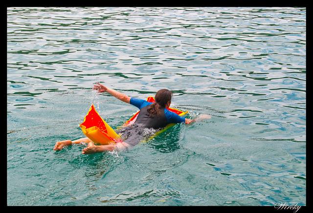 Nadando en colchonetas en embalse de Bolarque