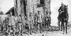 Anonyme 14 - Bataille de la Marne et de L'Ourcq :Neufmontier-les-Meaux (France) devant l'église , bléssés Allemands de la Iere armée de Von Kluck  avec un Dragon Français (Corps de cavalerie Sordet) - 8 septembre 1914
