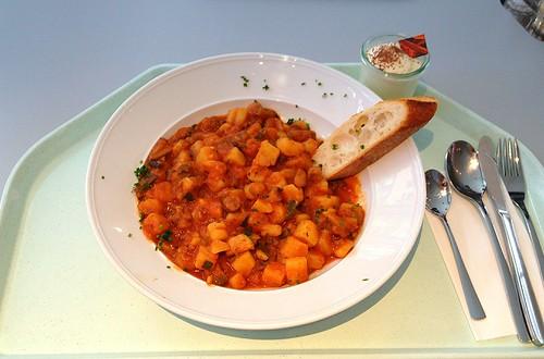 Zucchini-Kartoffelgulasch mit Baguette / Zucchini potato goulash with baguette