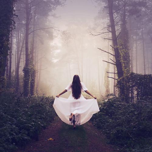 [フリー画像素材] 人物, 女性, 人物 - 森林, 人物 - 後ろ姿, ワンピース・ドレス ID:201303080800
