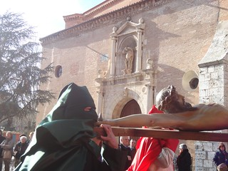 Trasladando la imagen de Cristo crucificado.