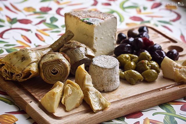 Маринованные артишоки, сыр кроттен, сыр том и квашеные оливки!