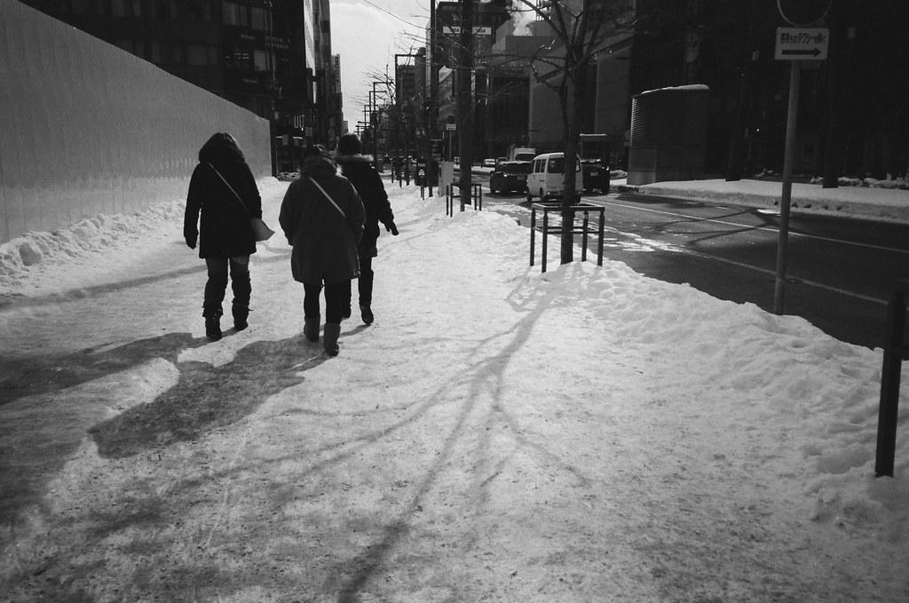 札幌 Sapporo, Japan / Kodak TRI-X / Lomo LC-A+ 到了札幌,一直看路邊的積雪,一直體會踩在雪上面的感覺,這段路故意走在地面上,雖然前往大通公園是有地下街可以走的。  我記得那時候我的手冷到有點刺痛,沒有戴手套,拍照完就趕快把手放回口袋中。  Lomo LC-A+ Kodak TRI-X 400 / 400TX 8561-0036 2016/01/31 Photo by Toomore