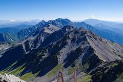 明日歩く主稜線・・・背後には猛々しい穂高連峰@槍ヶ岳山頂