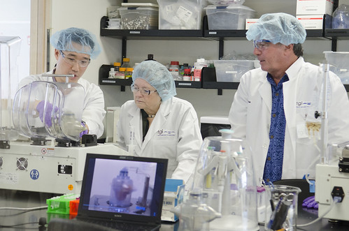 <p>Tissue Genesis co-founder Thomas Cannon, right, joined University of Hawaii President M.R.C. Greenwood in the Tissue Genesis laboratory.</p>