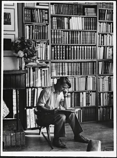 Portrett av forfatter Thorbjørn Egner i sitt bibliotek, sommeren 1947
