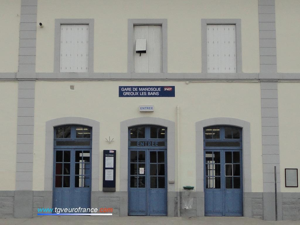 Détail de l'entrée du bâtiment voyageurs de la gare SNCF de Manosque Gréoux-les-Bains