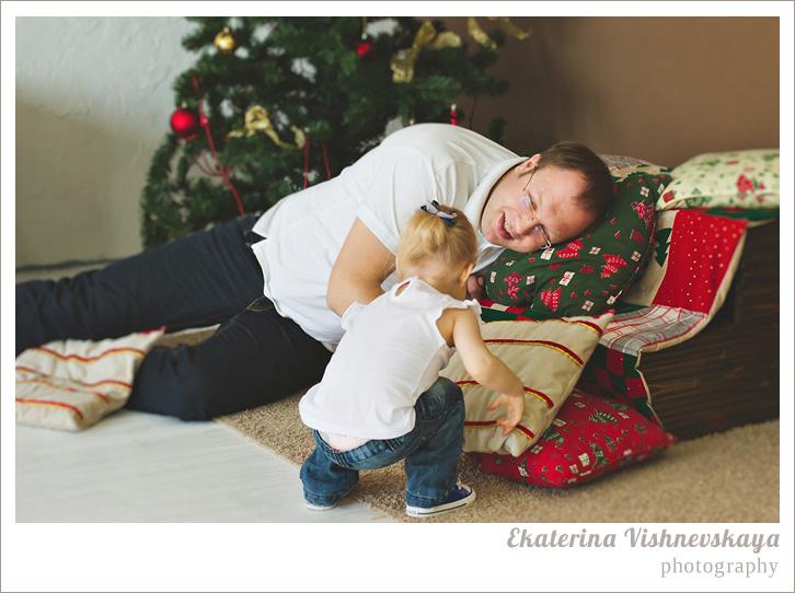 фотограф Екатерина Вишневская, хороший детский фотограф, семейный фотограф, домашняя съемка, студийная фотосессия, детская съемка, новогодняя съемка детей, малыш, ребенок, папа, отцовство, съемка детей, фотография ребёнка, девочка, счастье, семья, рождество, ёлка, фотограф москва