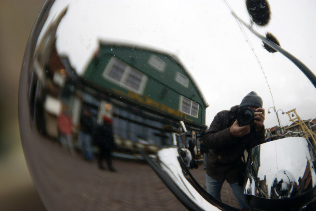 Fotografía by Fernando Comet: Green house and me reflected on a bike at Volendam