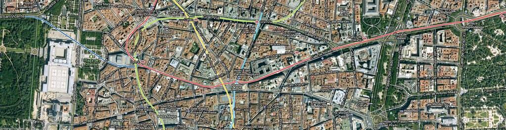 Uiterst rechtsboven: Puerta de Alcalá; links het Palacio Real