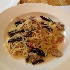 linguine(0.0), fettuccine(0.0), vegetable(1.0), spaghetti alle vongole(1.0), bucatini(1.0), spaghetti(1.0), pasta(1.0), clam sauce(1.0), spaghetti aglio e olio(1.0), produce(1.0), food(1.0), dish(1.0), carbonara(1.0), cuisine(1.0),