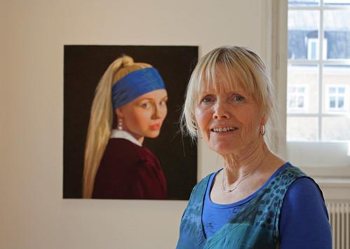 Malin Lager framför sitt senaste porträtt, en parafras på Vermeers Flicka med pärlörhänge.