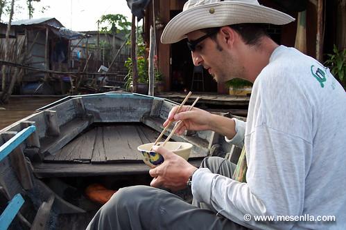 desayunando una sopa en la barca