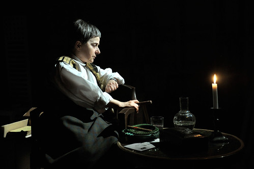 Gertrude Stein. Kyri Sjöman imponerar i rollen som den stora kulturprofilen.