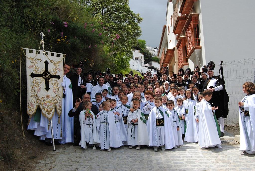 El Domingo de Resurrección es el día más festivo de la Semana Santa de Setenil. Procesionan Los Blancos y los penitentes salen sin capirote, lo que desata la algería en los más pequeños. FOTO: ÁNGEL MEDINA LAÍN