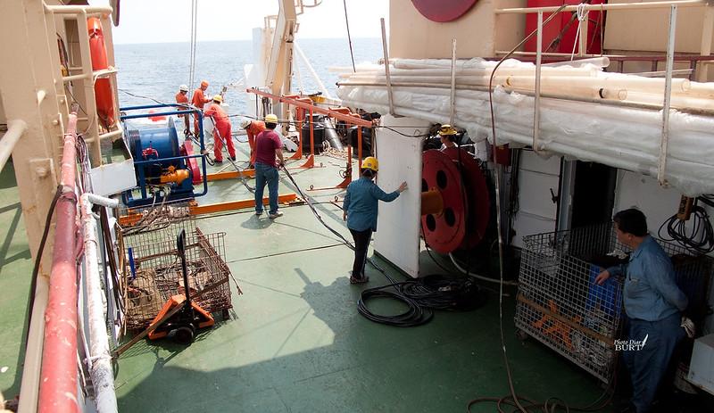 操作人員上甲板準備施放設備下海