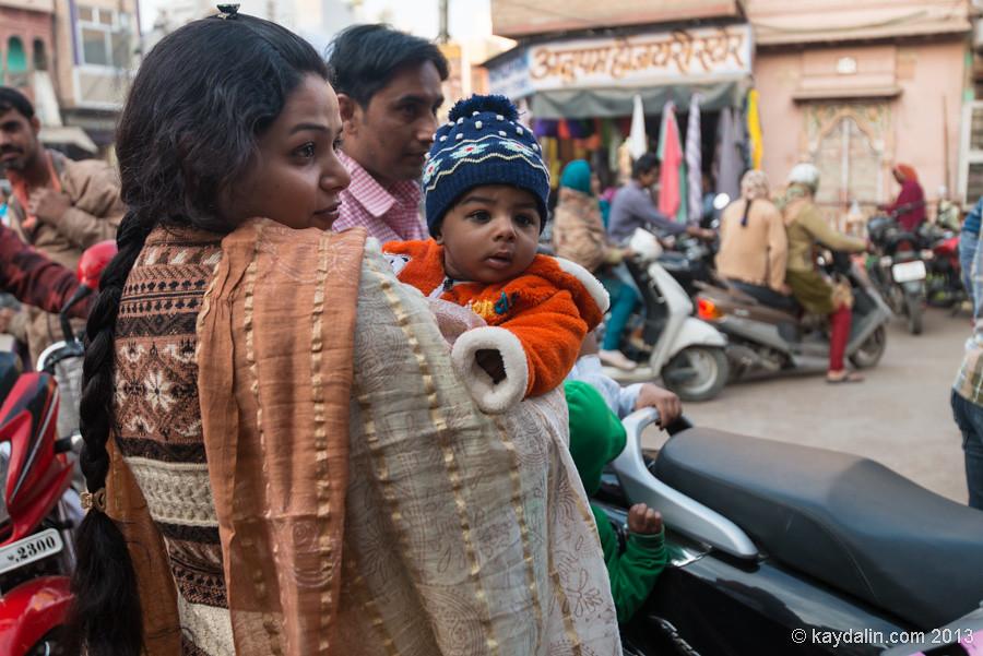 Жители города Биканер в Индии. женщина с ребенком