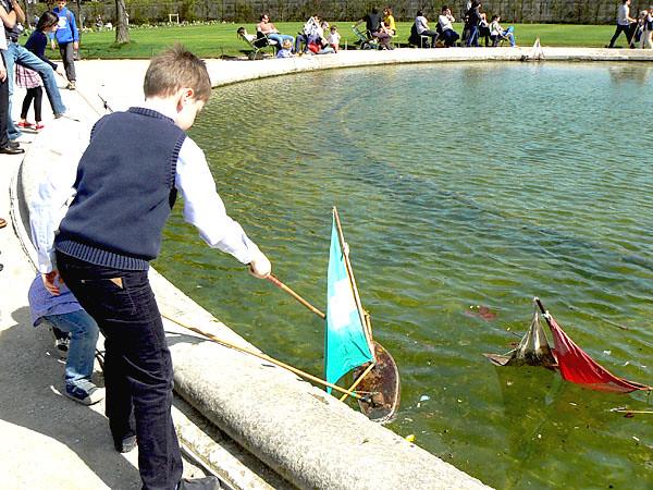 petit gars et bateau.jpg