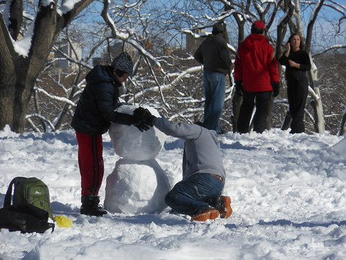 New Yorkers making snowmen