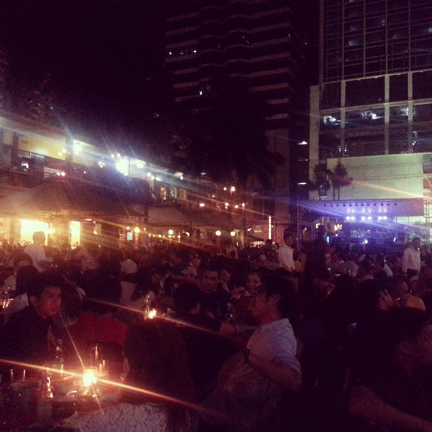 Remembering Friday night, the super laidback crowd of al fresco revelers of Metrowalk, and enlightening conversation with my guru #theweekendthatwas #FridayNight #manila #MyManila