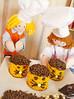 Com um saco de confeiteiro, pingue os olhinhos, o nariz e o bigodinho com chocolate na lateral do bolinho by Ateliê Bonifrati