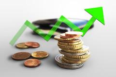 Euro Muenzgeld und Portmonee mit grünem Pfeil (Geld, Kleingeld, Muenzen)